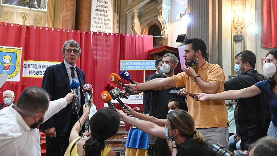 El presidente del Parlamento Europeo atiende a los periodistas en la iglesia de San Antón, Madrid.