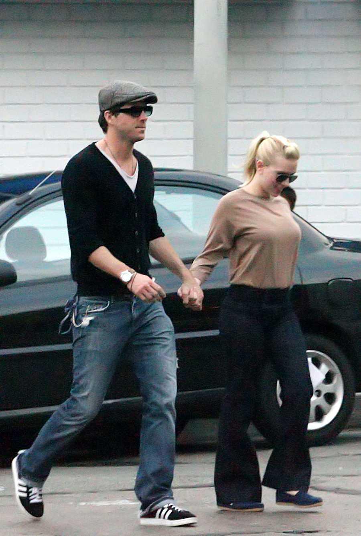 Scarlett Johanson y su primer marido, Ryan Reynolds, en las calles de Santa Mónica