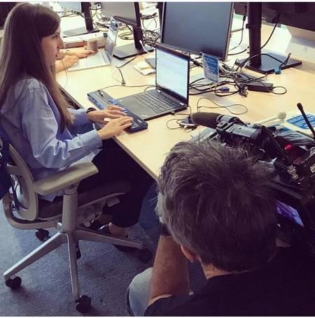 Sandra Timón trabajando en la sede de Microsoft España en Madrid