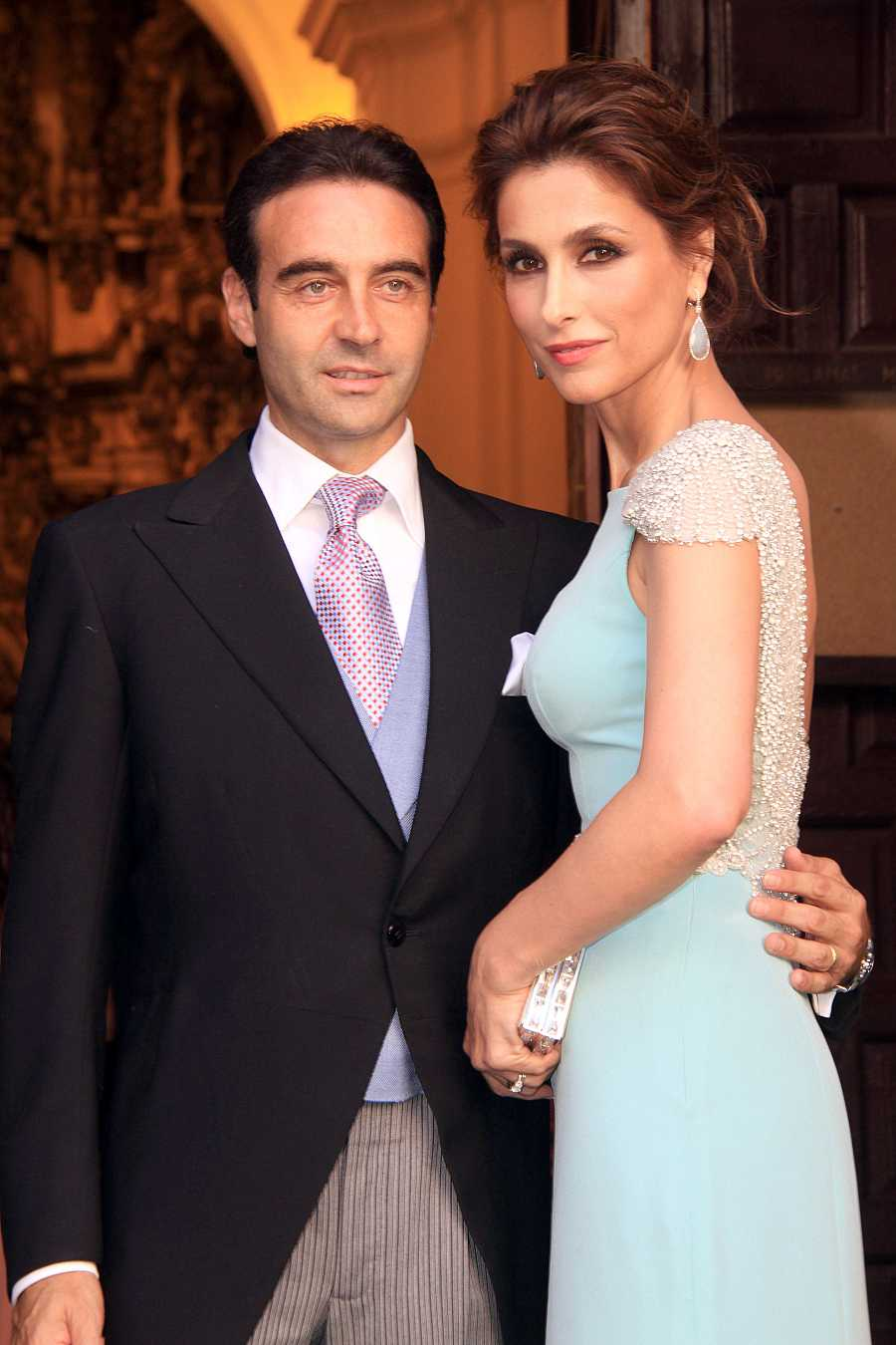El torero Enrique Ponce y Paloma Cuevas durante la boda de Verónica Cuevas y Manuel del Pino en Sevilla