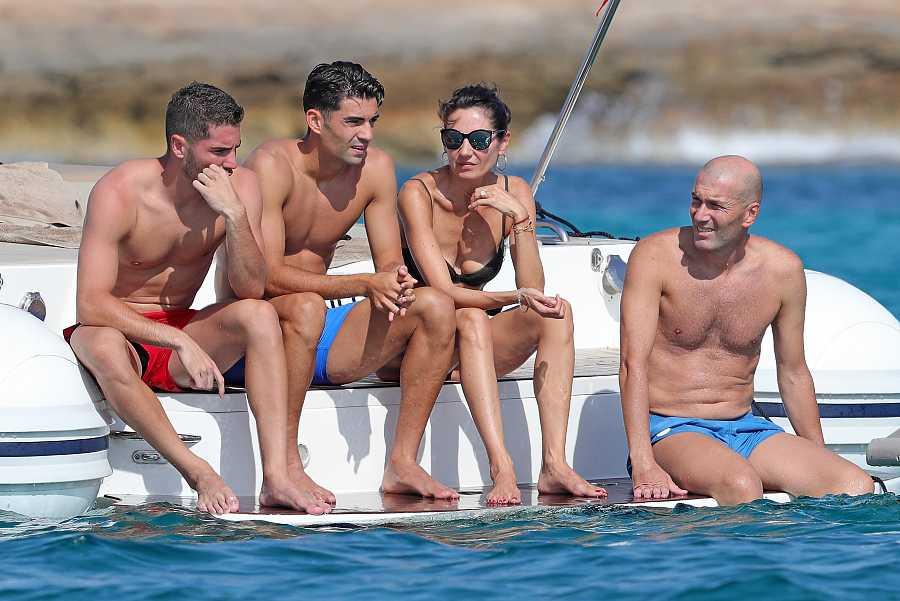 Zinedine Zidane y Verónica Fernández con sus hijos Enzo y Luca