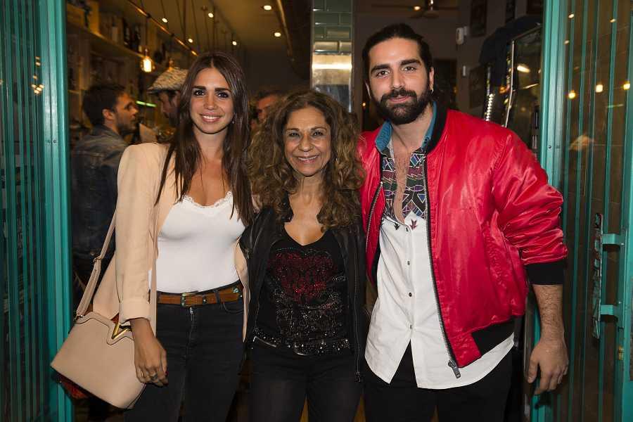 Lolita Flores con sus hijos Elena y Guillermo Furiase
