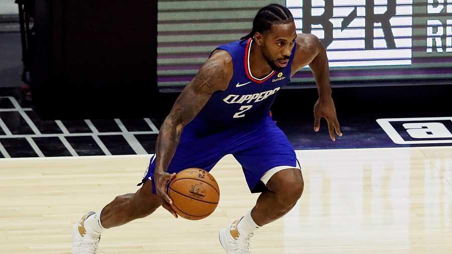Kawhi Leonard busca la pintura en un partido con los Clippers