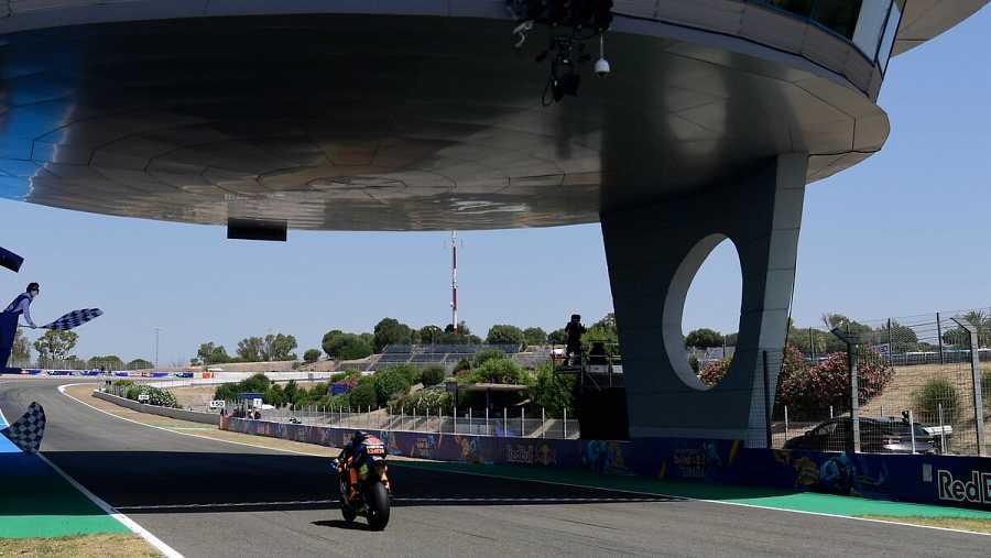 Luca Marini cruza el primero por delante de la bandera a cuadros