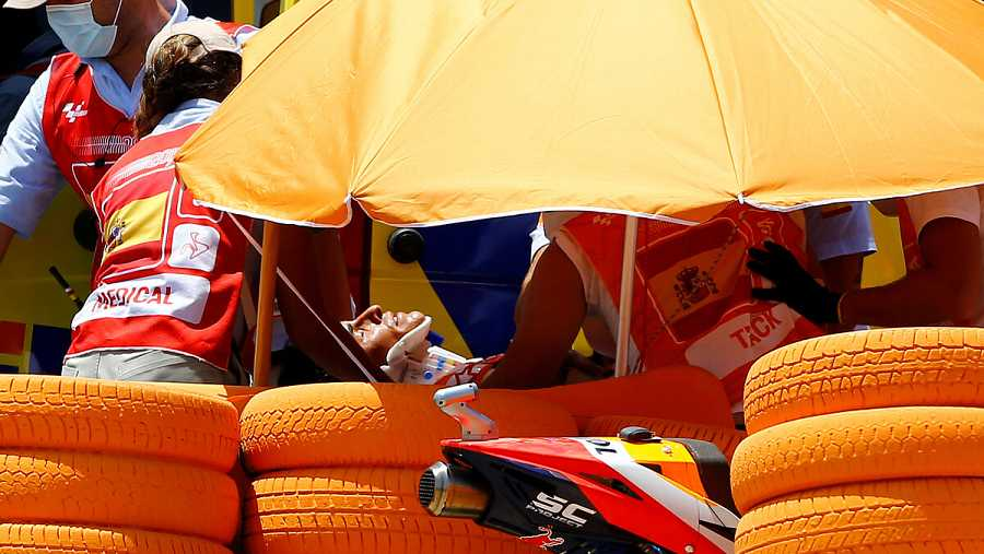 Imagen: Los servicios médicos del circuito Ángel Nieto se llevan a Marc Márquez en ambulancia