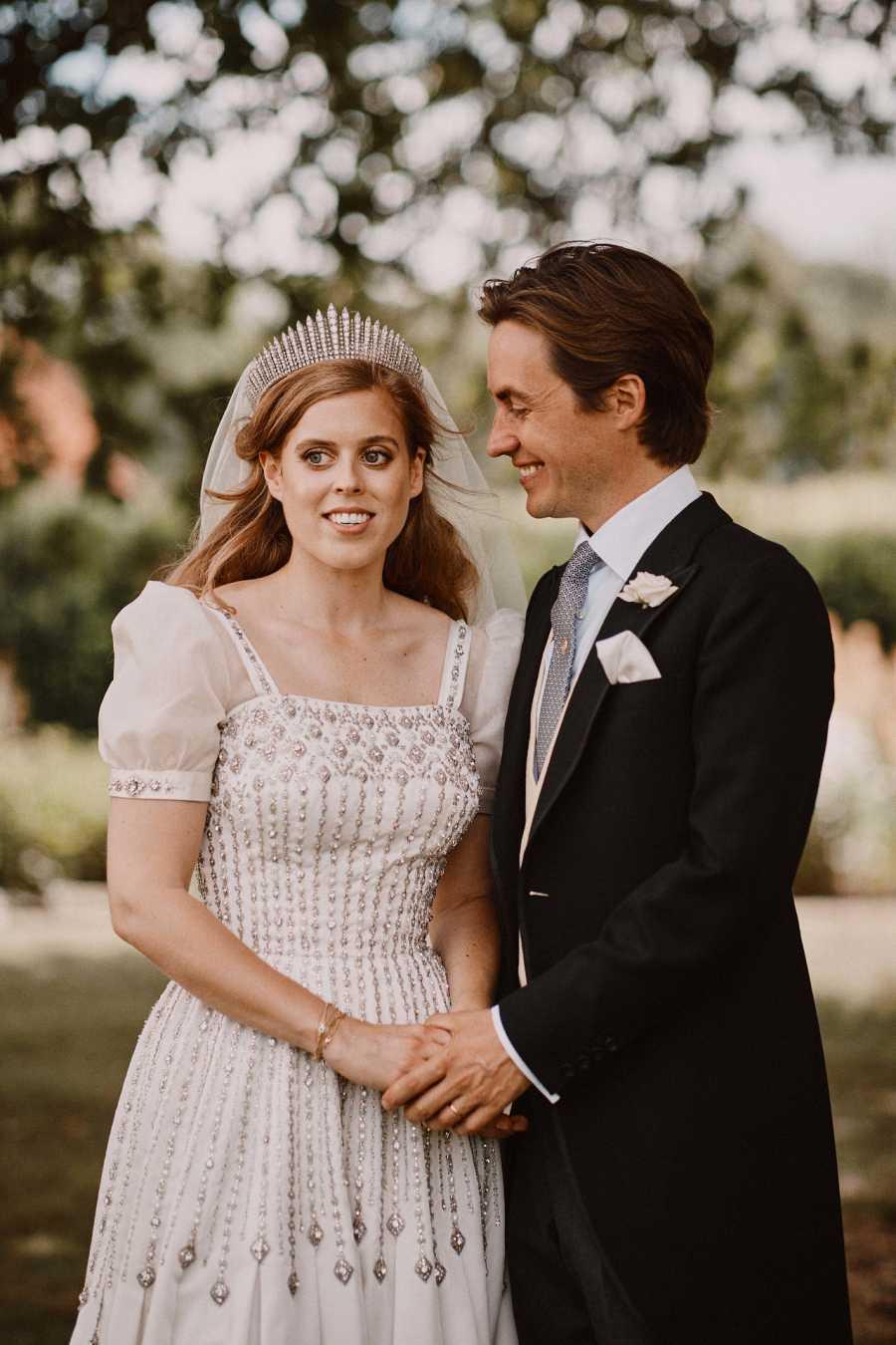 Beatriz de York se ha casado con Edorado Mapelli luciendo el vestido que llevó su abuela Isabel II el día de su Coronación