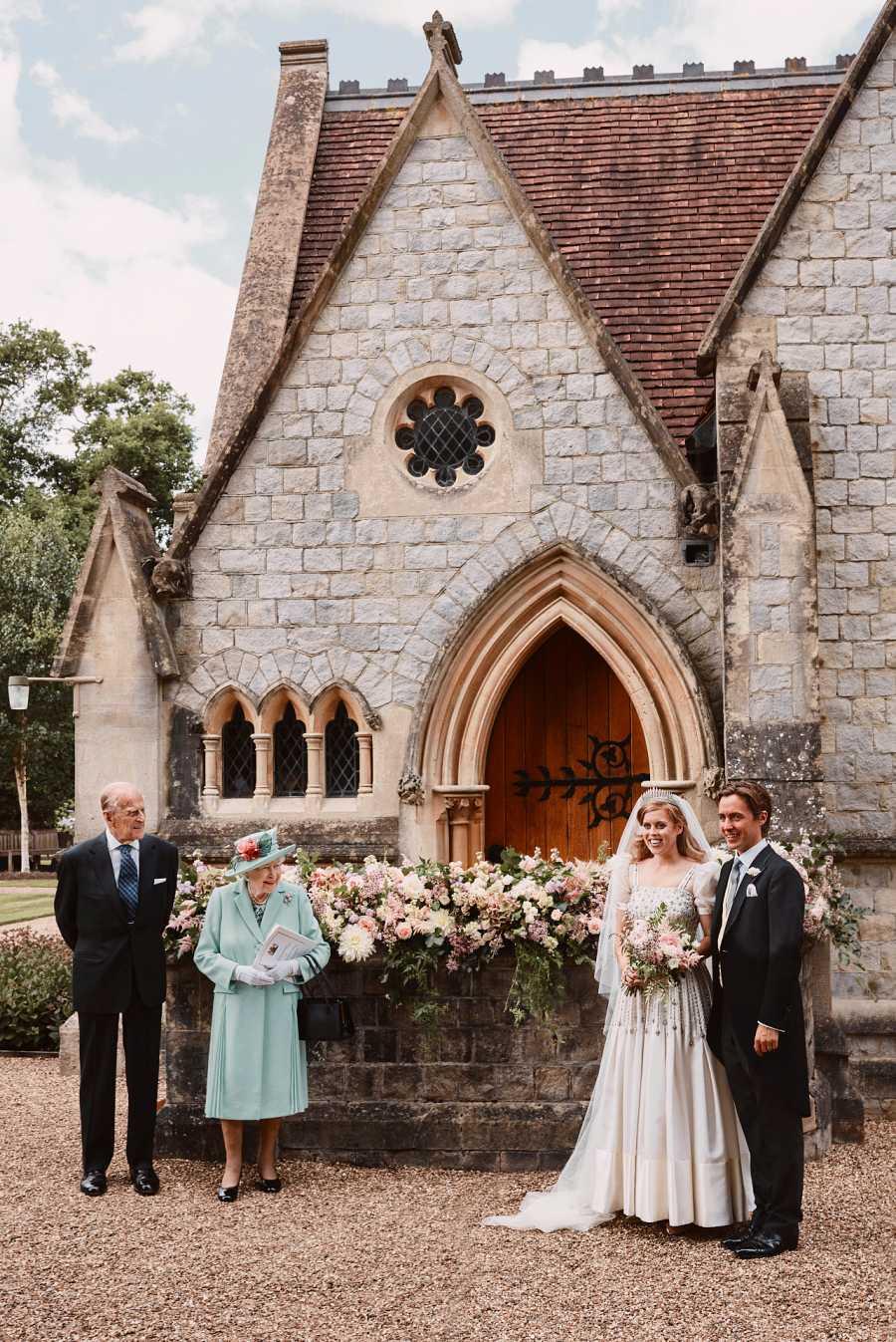 Beatriz de York y Edoardo Mapelli posan cerca de Isabel II y su marido el Duque de edimburgo tras su boda secreta. Lo hacen respetando la distancia social necesaria en medio de las medidas anti coronavirus