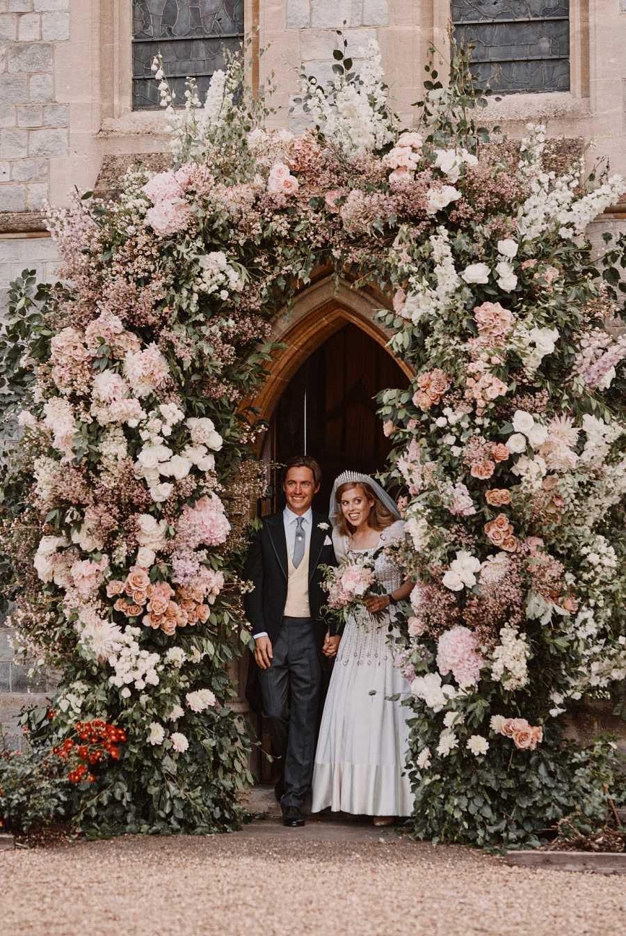 Edoardo Mapelli y la Princesa Beatriz de York salen de la Capilla de Windsor como marido y mujer tras su boda secreta