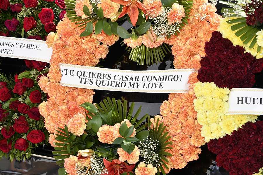 Paz Padilla le dedica esta cariñosa corona de flores a su marido Juan Vidal en su entierro en la que se puede leer: