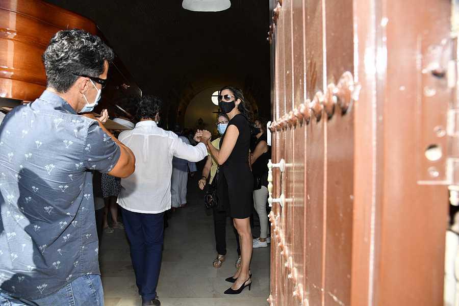 Paz Padilla recibe en la iglesia al féretro de su marido Juan Vidal