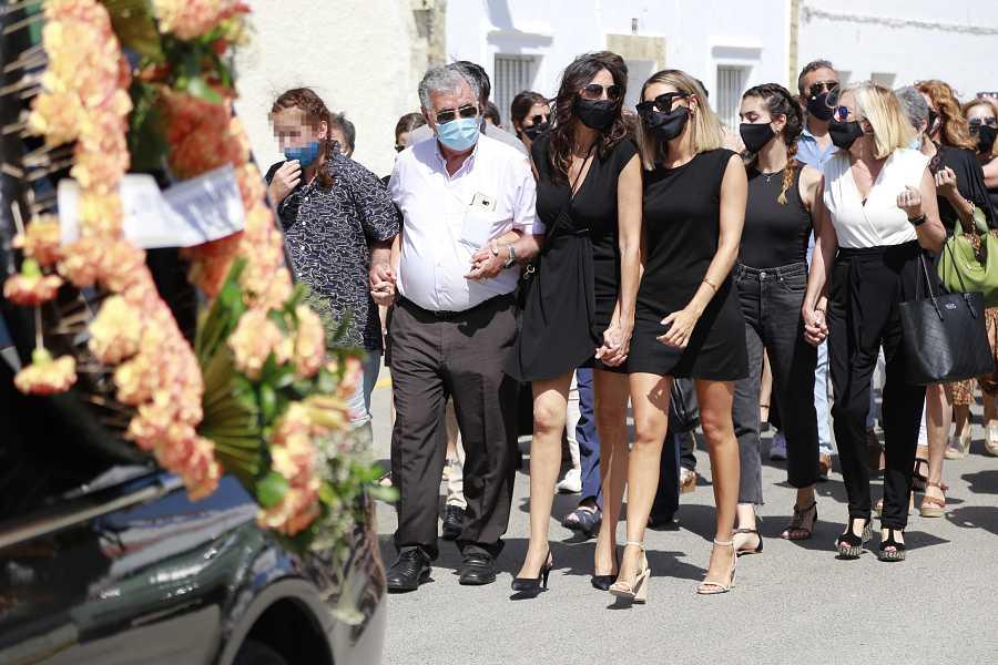 Paz Padilla, su hija Anna Ferrer y la hija de su marido, Juan Vidal, acuden juntas al cementerio tras el funeral de éste