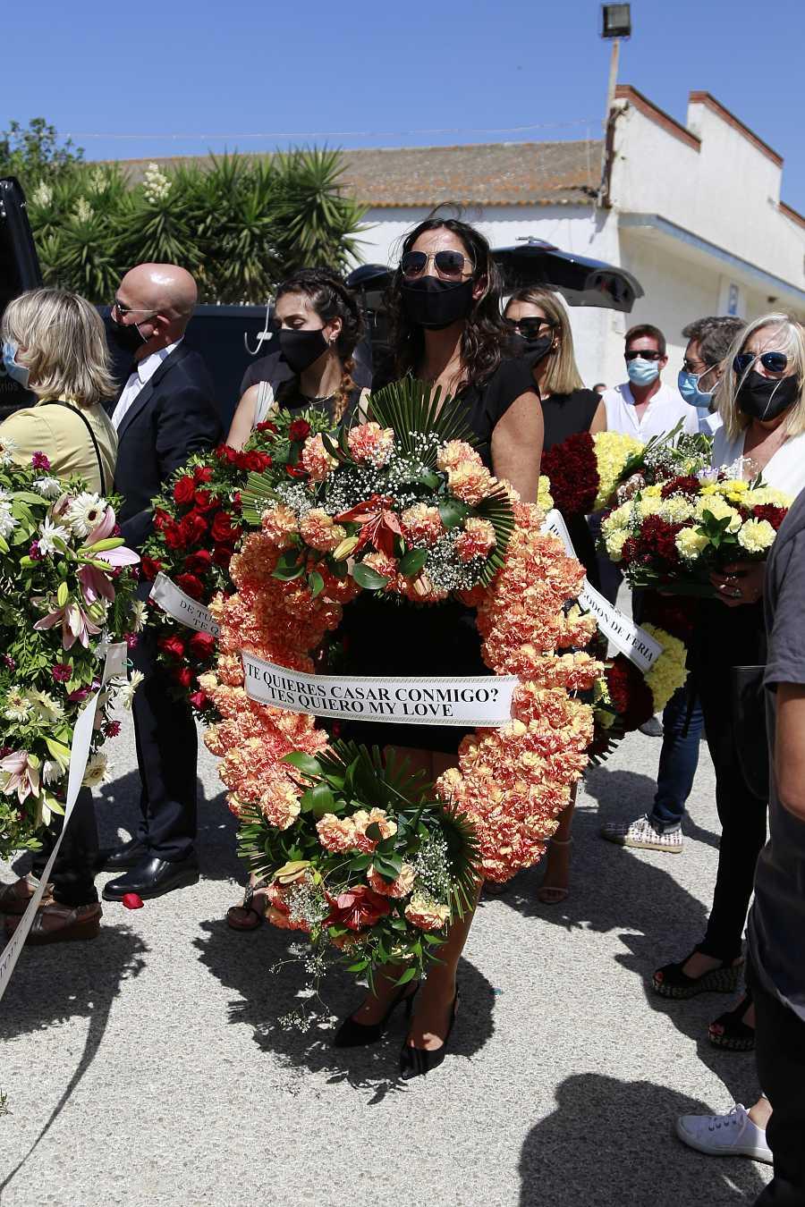 Paz Padilla posa con la corona de flores que le ha dedicado a su marido Juan Vidal en el entierro de éste