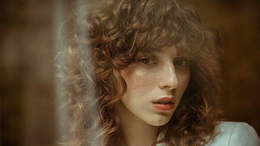 Melena Curly con gran flequillo. Un look muy ochentero que se lleva mucho y que favorece a rostros redondeados o cuadrangulares