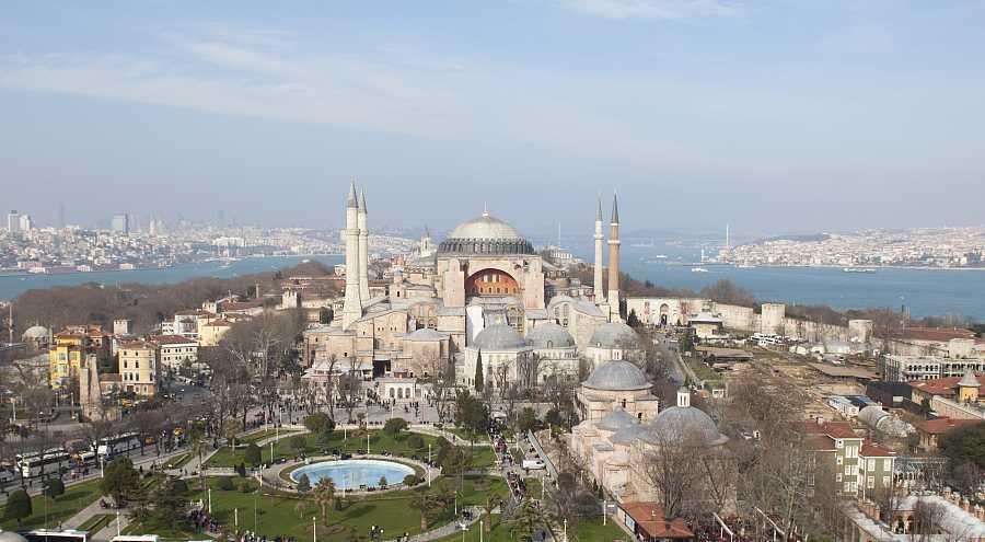 Santa Sofía, vista general con el mar de Marmara y la plaza del sultán Ahmet.