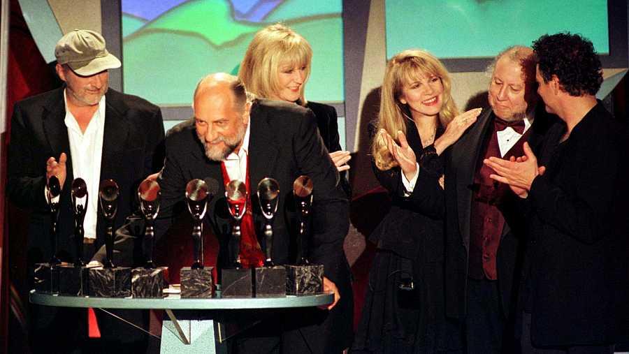 Peter Green, segundo por la derecha, junto a otros miembros de Fleetwood Mac, durante su inclusión en 1998 en el Rock and Roll Hall of Fame.