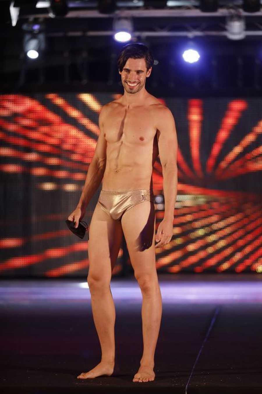 Manuel Romo desfilando en bañador en el certamen de Mister Internacional 2020