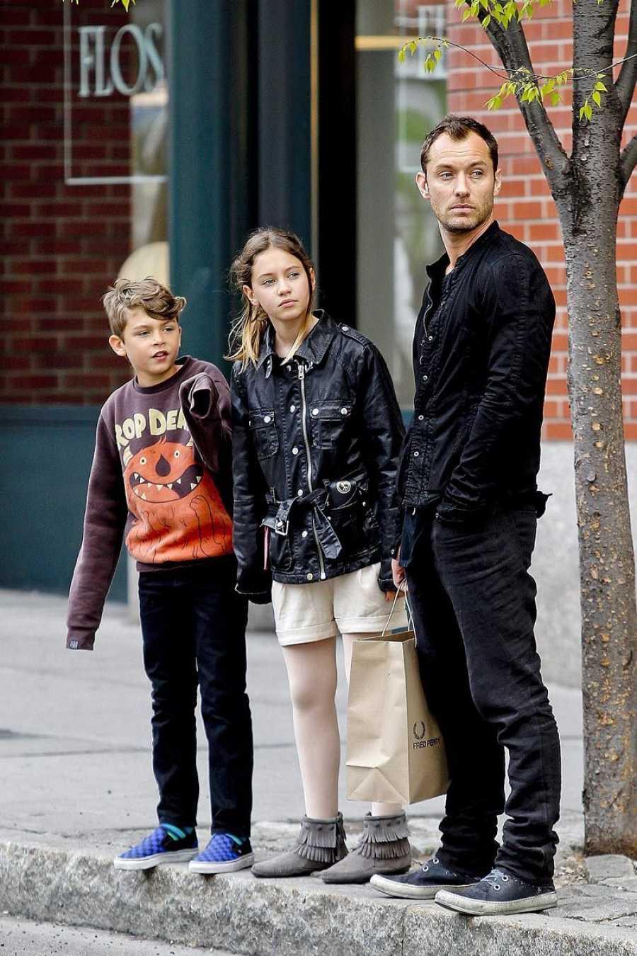 El actor Jude Law con dos de sus hijos