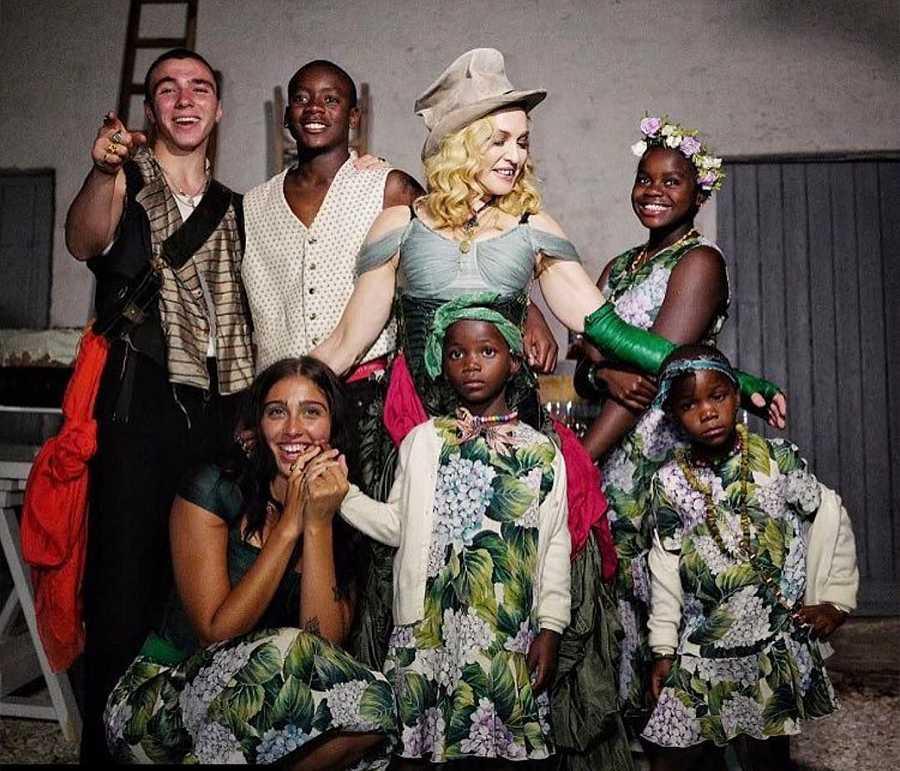 Madonna con todos sus hijos en una especial sesión de fotos