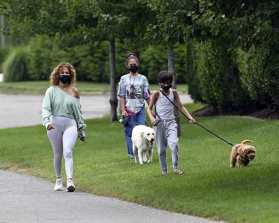Jennifer López con sus hijos y sus perros haciendo ejercicio en Nueva York