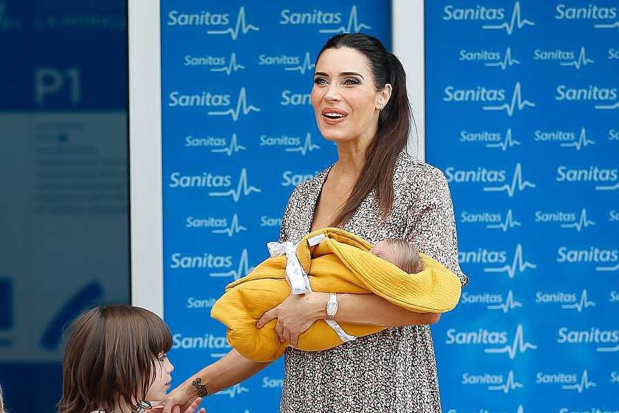 Pilar Rubio, feliz con Máximo Adriano en brazos