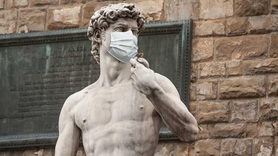 El David de Miguel Ángel con una mascarilla higiénica.