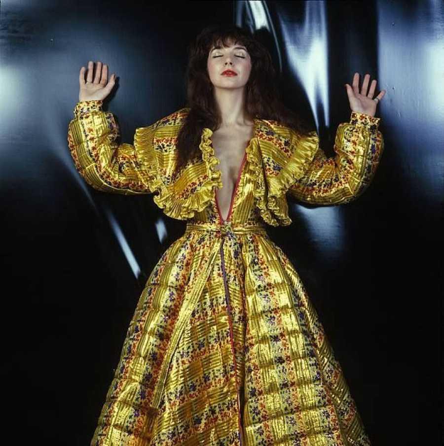 Kate Bush fotografiada por Vanheije, con una creación del diseñador Fong Leng (1978)