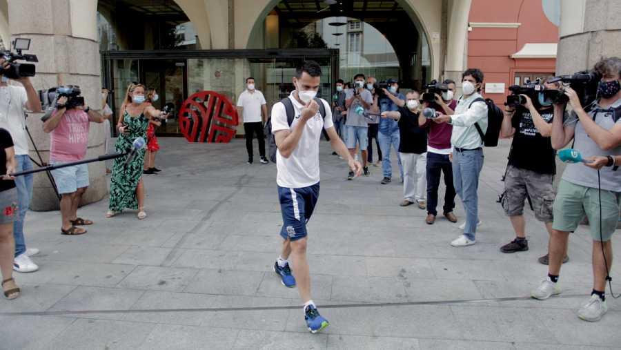 Imagen: Uno de los jugadores del Fuenlabrada que permanecía confinado en A Coruña abandona el hotel