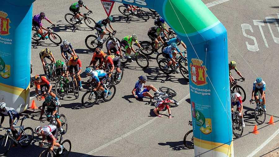 Varios ciclistas del pelotón sufren una caída en el último kilómetro de la cuarta etapa de la Vuelta a Burgos