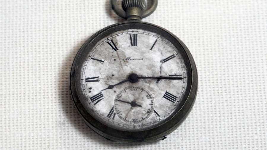 Un reloj de bolsillo parado a las 8:15, hora en la que estalló la bomba atómica en Hiroshima.