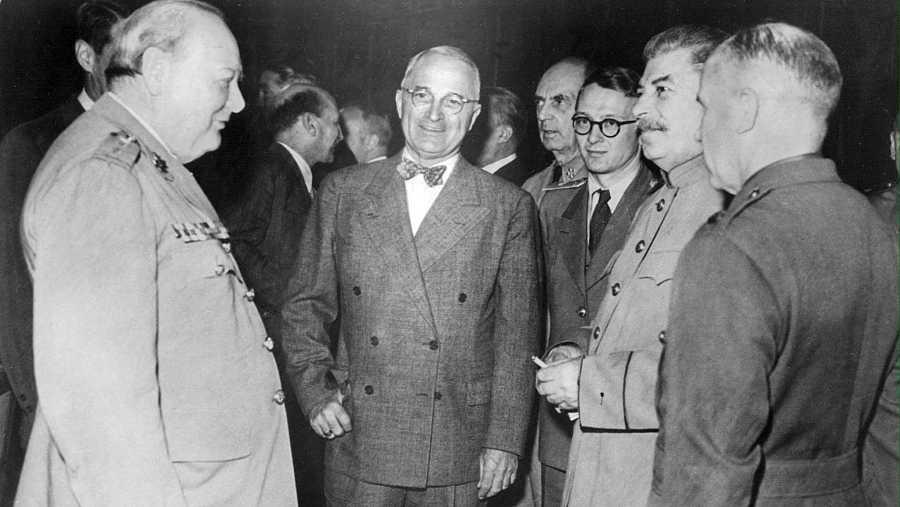Churchill, Truman y Stalin conversan antes de la conferencia de Postdam.