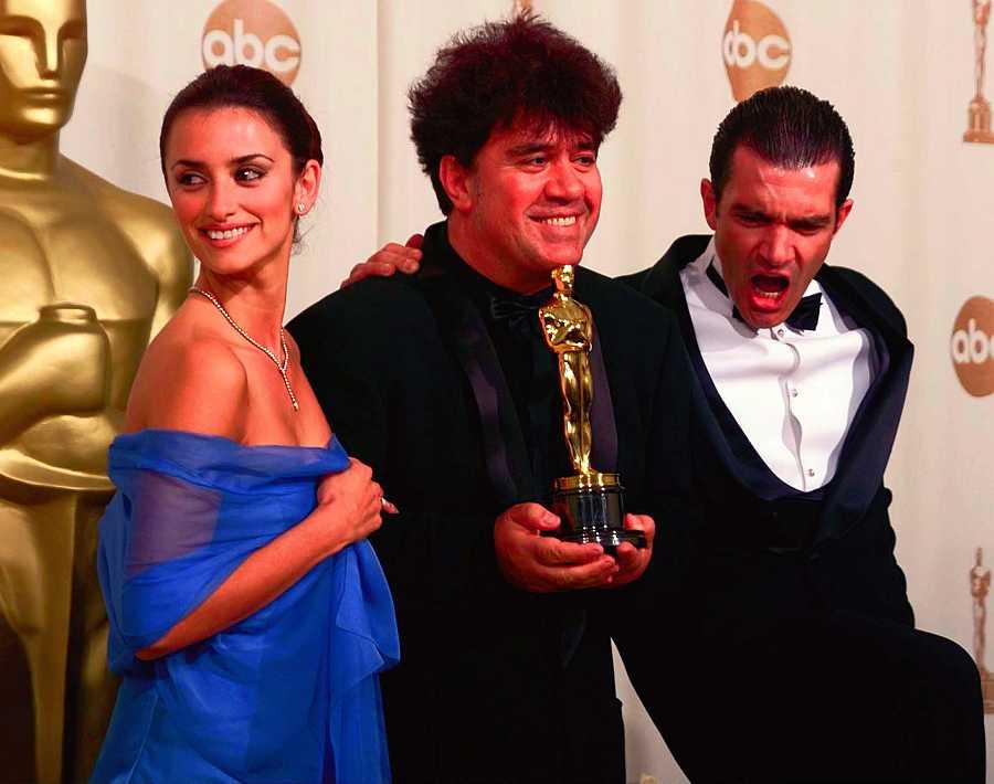 Penélope Cruz junto a Antonio Banderas y Pedro Almódovar cuando ganó el Oscar a Mejor Película de habla extranjera por