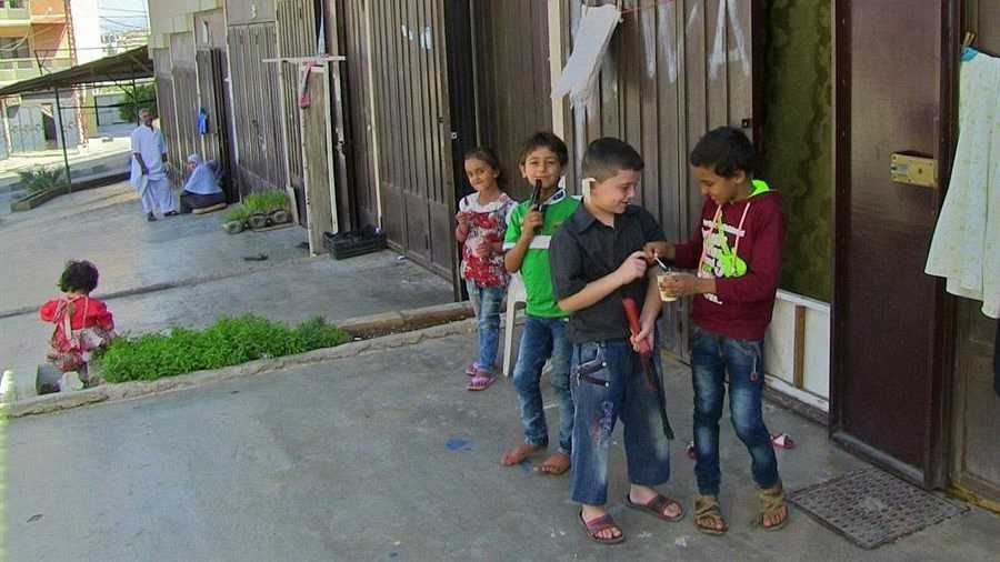 Niños sirios juegan en el suburbio de Badaui, en la ciudad libanesa de Trípoli