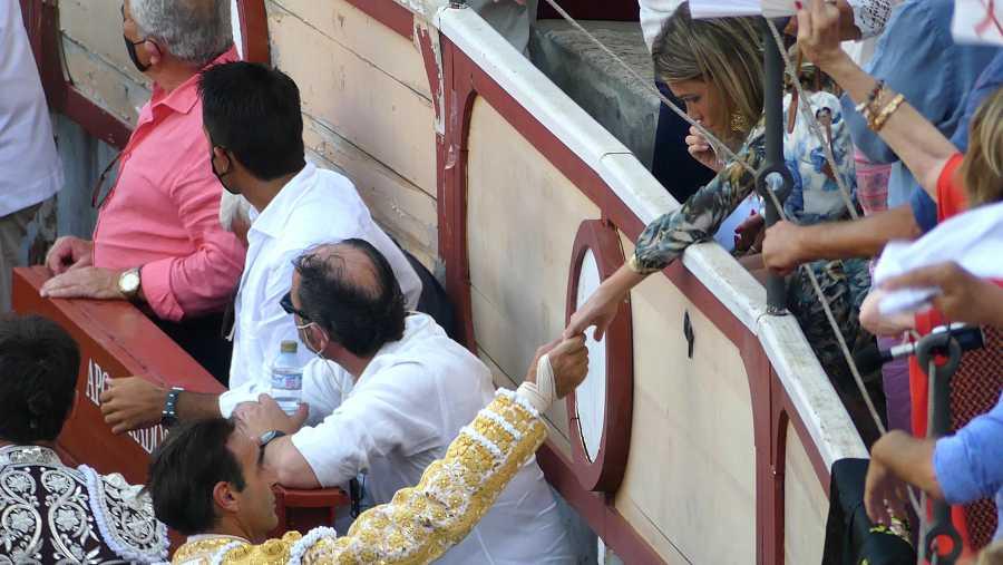 Enrique Ponce tranquiliza a Ana Soria tras la cogida