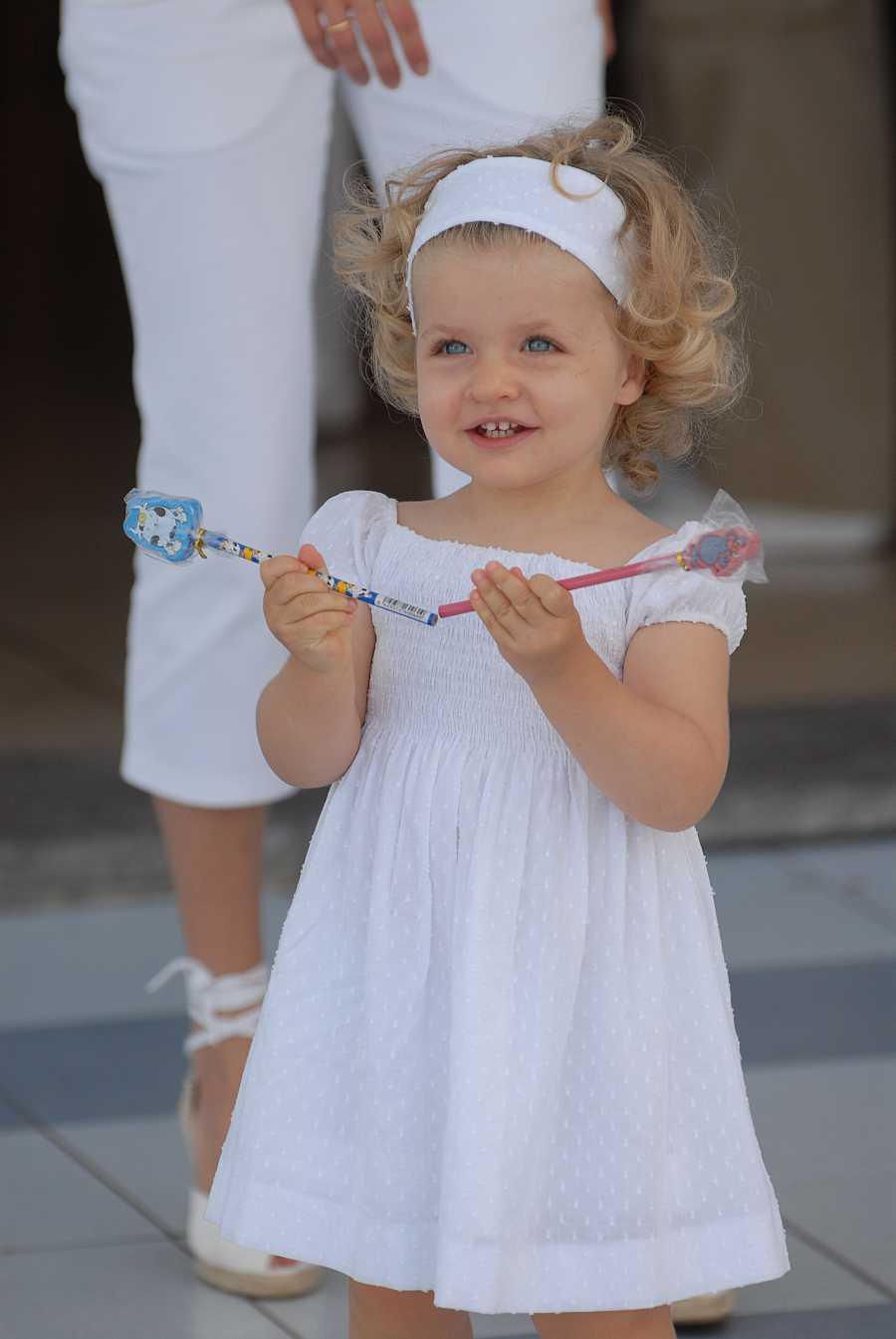 Una divertida Leonor juega con dos lápices en Mallorca en el verano de 2007