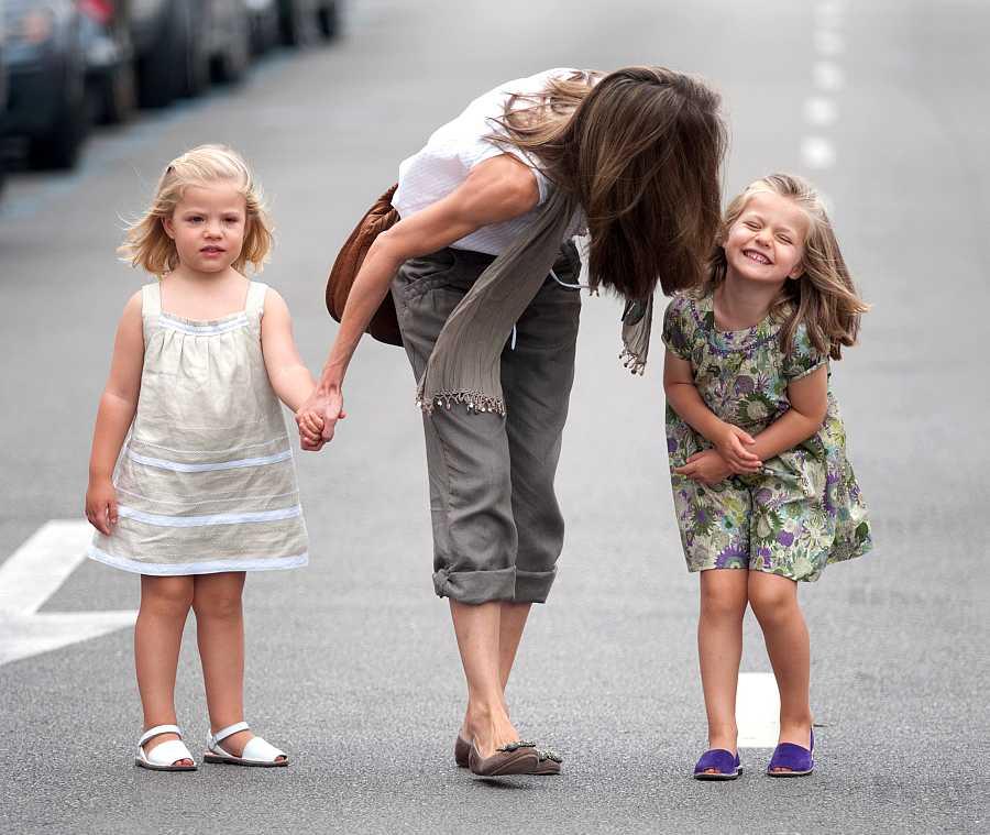 Sofía y Leonor pasean con su madre, Letizia, por Mallorca en el verano de 2010