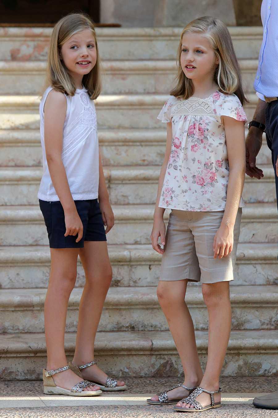Leonor y Sofía posan para los medios en el Palacio de Marivent en 2015