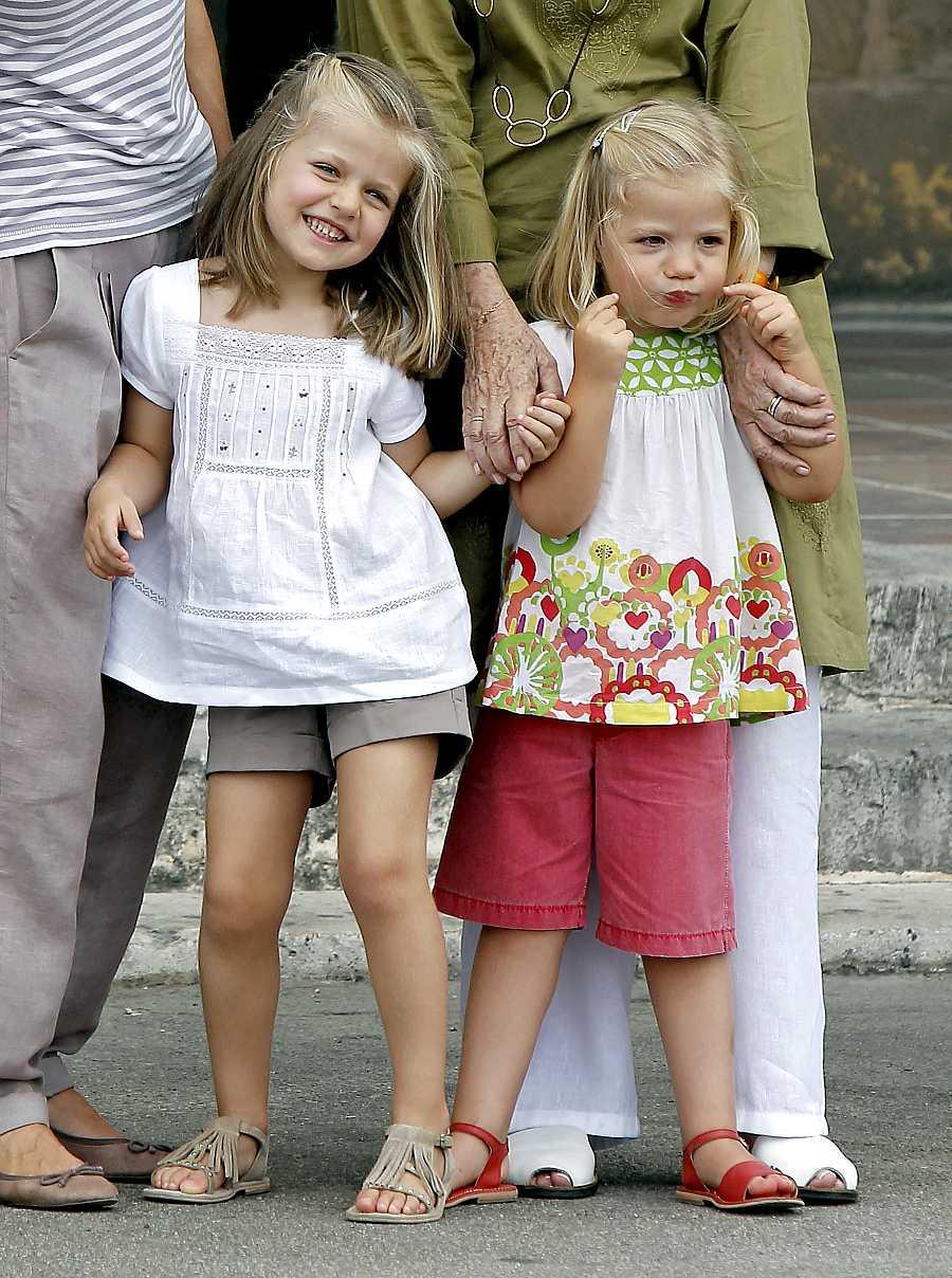 Leonor y Sofía posan divertidad para los medios en el verano de 2010