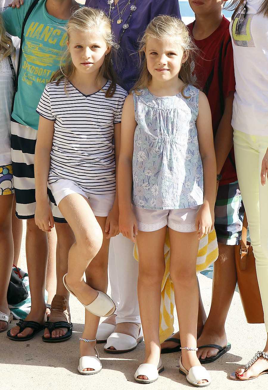 Leonor y Sofía posan para los medios durante el verano de 2013 en Mallorca
