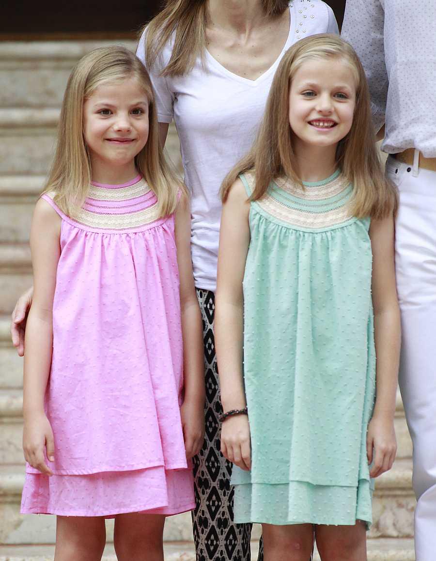 Sofía y Leonor durante el posado de la Familia Real en Mallorca en el verano de 2014