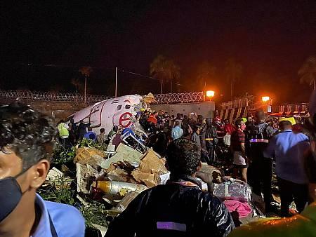 Restos del avión accidentado en el aeropuerto de Calcuta