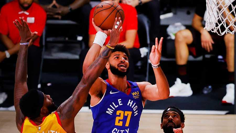 El base de los Denver Nuggets, Jamal Murray, lanza un tiro a canasta en el partido contra Utah Jazz