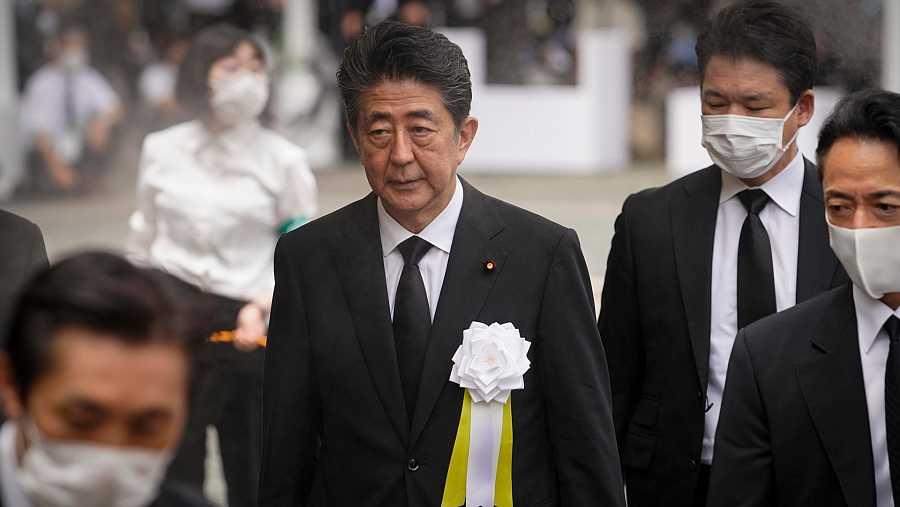 El primer ministro japonés, Shinzo Abe, asiste a la ceremonia por los 75 años del bombardeo de Nagasaki.