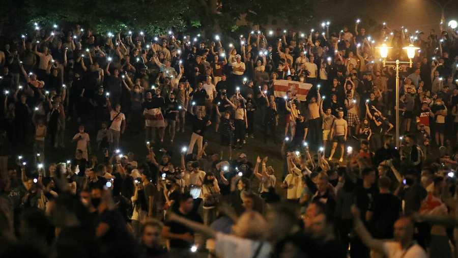 Los partidarios de la oposición protestan después del cierre de los colegios electorales en las elecciones presidenciales en Minsk, Bielorrusia.
