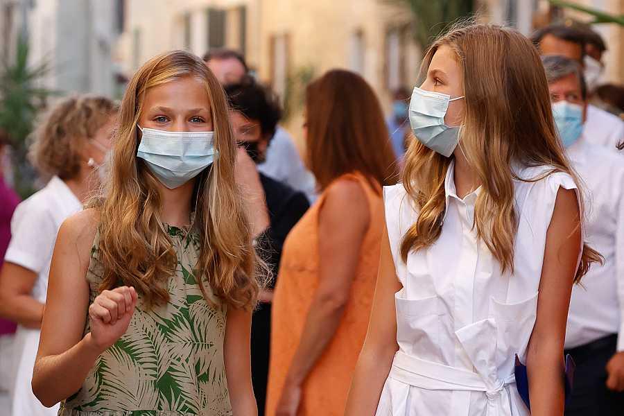 Leonor y Sofía con mascarilla visitan el pueblo de Petra en 2020