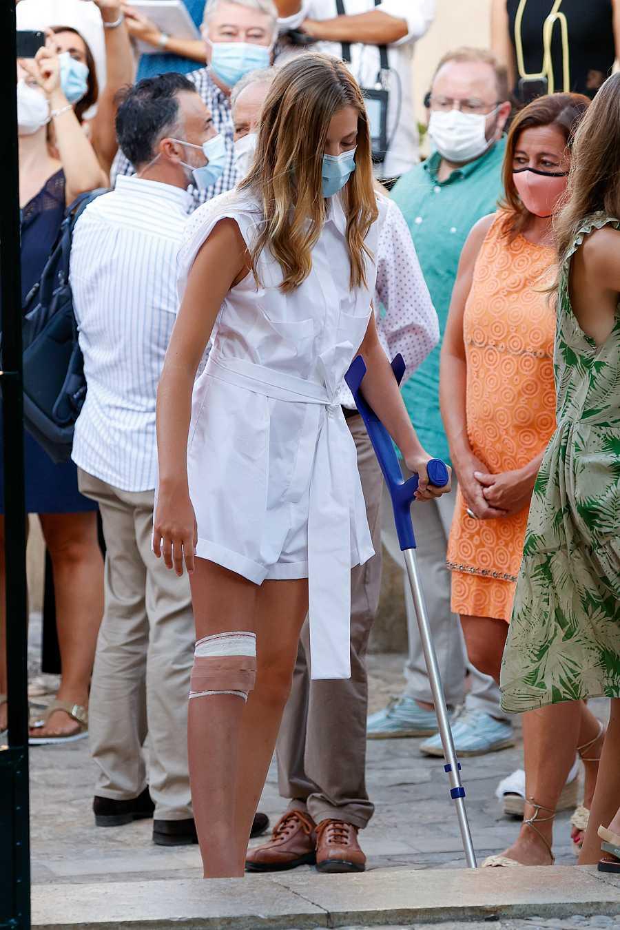La infanta Leonor ha asistido con un vendaje en la rodilla y sujetada a una muleta