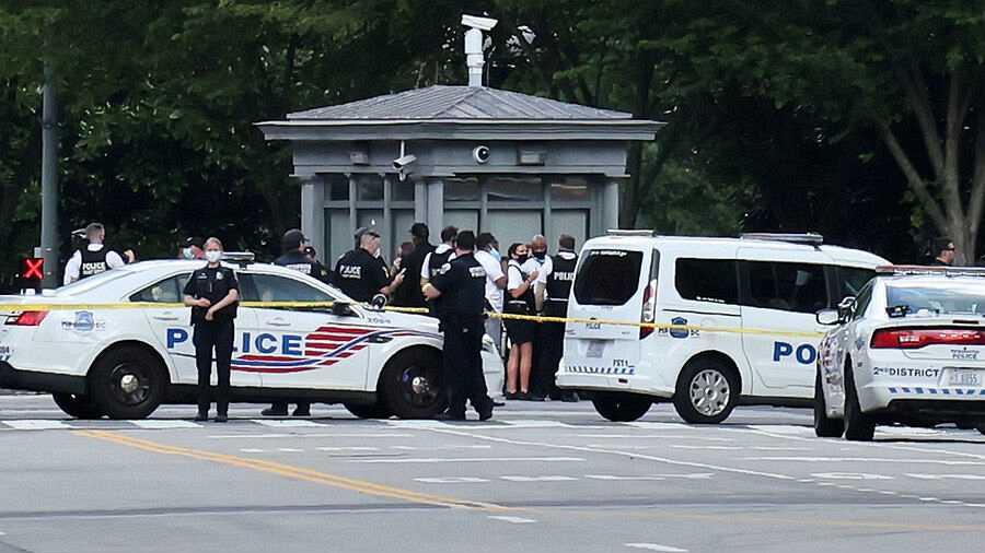 Agentes de policía hacen guardia después del tiroteo frente a la Casa Blanca.