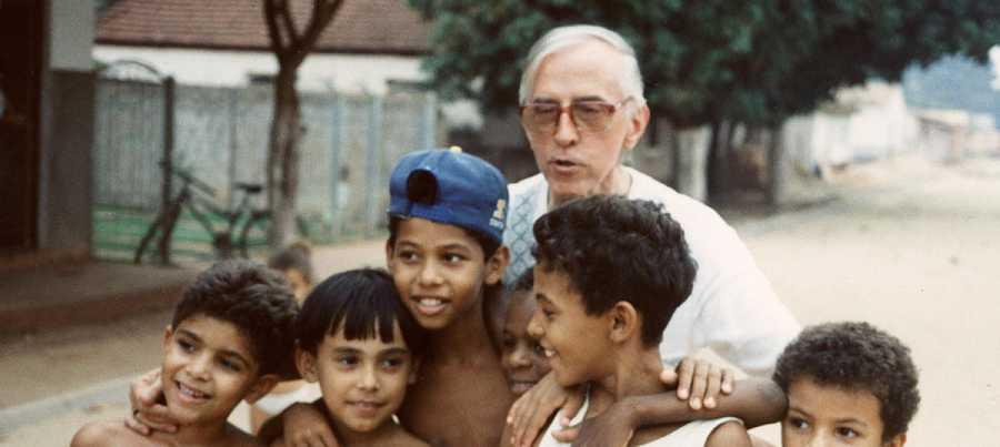 Pere Casaldàliga acompanyat de nens brasilers, a un poble del Mato Grosso