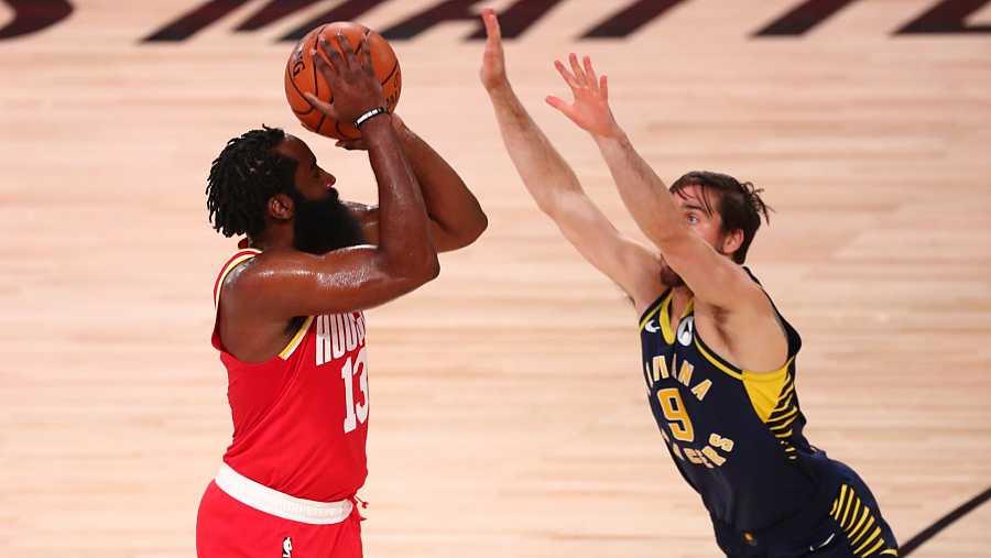 El escolta de los Houston Rockets, James Harden intenta un lanzamiento delante de T.J. McConnell