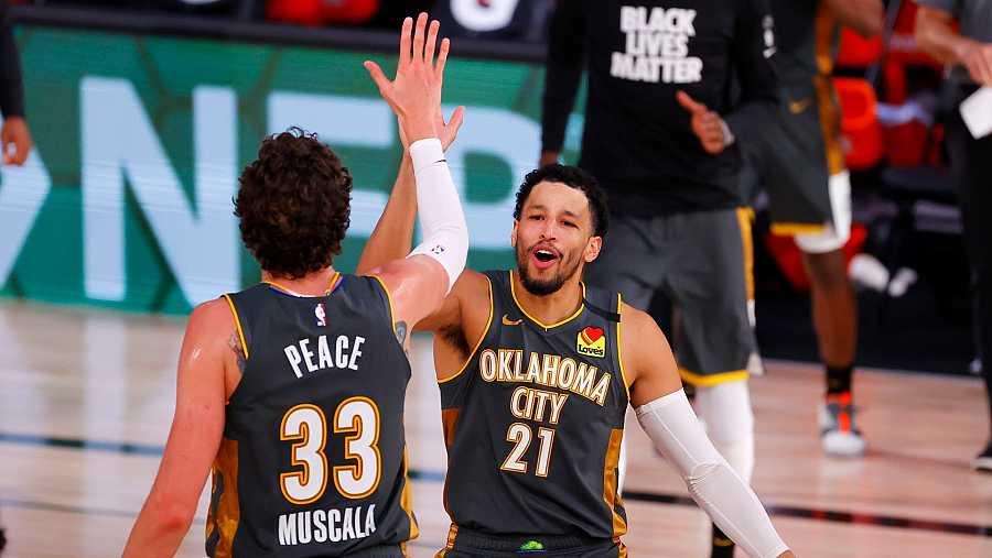 Los jugadores de OKC, Andre Roberson y Mike Muscala celebran la victoria ante Miami Heat