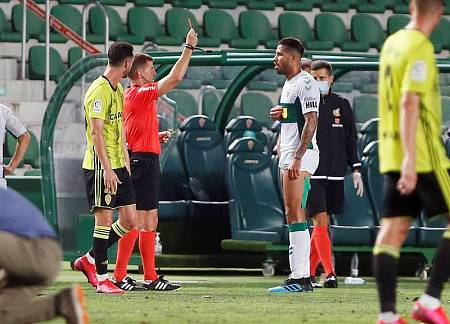 El árbitro Ávalos Barrera saca la roja a Jonathas